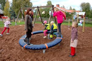 Karusellen på den nya lekplatsen i Oxberg.