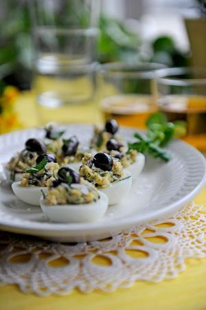 Provençalska ägghalvor med salta smaker. Snyggt och lättlagat på samma gång.