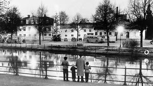 Slutet för en småstadsidyll. Bilden togs vid mitten av 1950-talet. En pappa med sina barn tittar bort mot Fiskartorget och de fyra trähus som snart skulle rivas för Västerås stadshus.