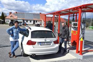 För drygt ett år sedan invigdes macken i Ljustorp. Här provtankar Marie-Louise Edström och Andreas Sjödin inför invigningen.