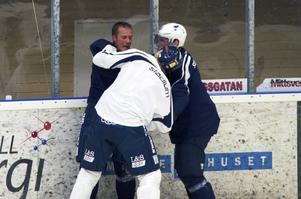 Mats Hansson och Mathias Månsson hade delade åsikter under träningen rök ihop. NHL-spelaren Alexander Steen var snabbt framme och avvärjde det hela.
