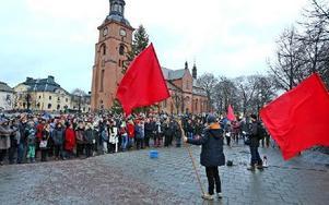 Ung vänster och Vänsterns studentförbund gjorde sig synliga och hörda på Stora Torget i Falun. Här håller Sebastian Nilsson ett glödande om att