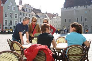 Uteserveringarna i Gamla Stan i Tallinn blir fler för varje år.
