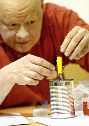 Lennart Almstedt, handledare vid Komtek, fokuserar på ett experiment.