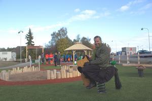 En av de som var på plats för att leka lite och inviga lekplatsen var Magnus Edström, ordförande i fastighetsnämnden.