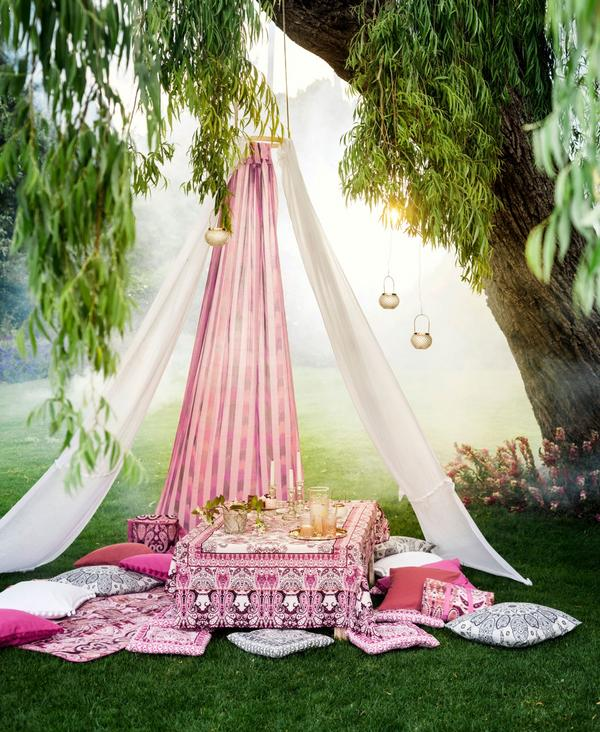 Picknick för en arabisk prinsessa? Orientaliska mönster, lyktor med detaljer i guld, från H&M Home.