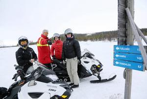 Modraterna Saila Quicklund, Anita Thuresson, Viktor Ericsson åkte skoter i Funäsdalen med ledvärden Kalle Arnell.