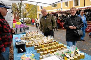 Söta blandningar. Varför inte testa en sked Dr Fasa, en kryddstark honungsblandning, erbjuder Björn Hjelmström Tommy Alstad och Inger Persson.