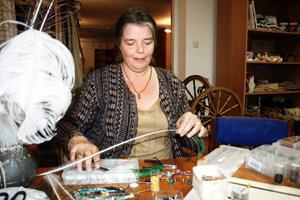 Kreativt. Camilla Andersson sitter gärna och tillverkar örhängen med påfågelfjädrar som dekoration.