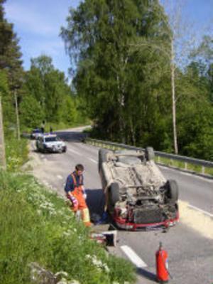 Räddningstjänsten fick sanera vägen eftersom bensin läckte ut från den voltade bilen.
