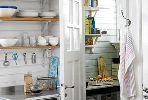 Dörren in till skafferiet är oftast den som läcker mest värme. Ibland kan man lösa problemet med för varma skafferier genom att isolera dörren på insidan.