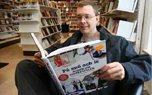 Lars Ingels kan glädja sig åt lite gratisreklam i SVT på bästa sändningstid i och med att hans OS-bok används som rekvisita i SVT Sport:s Vinterstudion.FOTO: MATS RÖNNBLAD