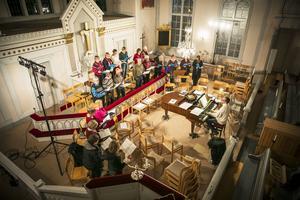 Hammerdals sångförening och Gåxsjö kyrkokör övar i Gåxsjö kyrka under ledning av Matthias Schaletzky