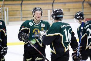 Alftaglädje efter Jesper Näslunds 4–1 till Alfta mot Huge. Alfta vann matchen till slut med 5–3.