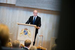 Statsministern Fredrik Reinfeldt försäkrade att kampen mot utanförskapet ska drivas vidare. Men han hade otur, nya siffror i går visade att antalet i utanförskap har ökat med nästan 70 000 på ett år.