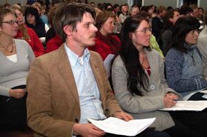 Jörgen Encke, närmast kameran, och Maria Kjellström är provisoriska språkrör i partiet, som ska heta Västjämtlands Väl. Båda kommer från Järpen där de är starkt engagerade i frågan om skolflytten till Mörsil.  Foto: Elisabet Rydell-Janson
