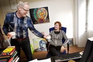 Cirkeln är sluten – nu är det den avgående kulturredaktören Björn Widegrens tur att hämta kaffe åt den blivande kulturredaktören, Gunilla Kindstrand.