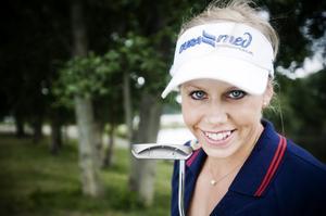 Pernilla Lindberg, Bollnäs GK, slog till med en kalasrunda på 66 slag och leder slutkvalet till Europatouren efter första dagen i La Manga.
