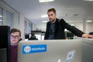 Som CTO har Anders Härén övergripande ansvar för den digitala utvecklingen inom Mittmedia. Här i samtal med utvecklare Simon Pantzare på DMU.
