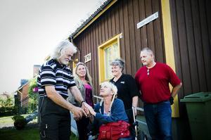 Johnny Olsson, Mia Eriksson, Ann-Renée Forsström, Elisabeth Bohjort och Leif Bohjort vid RMSH:s hus på Vintervägen i Bollnäs. Mia Eriksson och Elisabeth Bohjort är anställda i verksamheten.