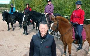 Emma Berggren tillsammans med sina kursdeltagare i centrerad ridning: Catharina Andersson, Anneli Larsson, Linda Sinders och Marie Frykberg. Foto: Hans Olander