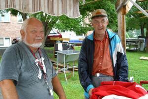 Göran Meyer och Bruno Almgren trotsade vädrets makter under gårdagen och byggde hamburgeståndet. Men under den värsta skuren tog de en regnpaus.