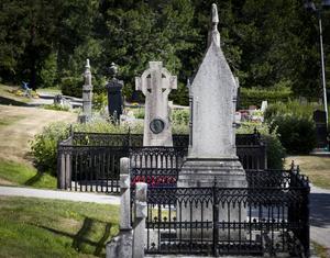 Johan Nyberg och bröderna Dahlbergs pampiga gravar. Två monument över