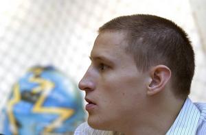 En ung Jonte Hedström väntar på besked om svenska truppen inför Karjala Cup 2003.