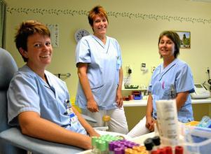 """För patienternas bästa. Verksamhetschef Ulrica Vidfelt lovordar flexibiliteten och får medhåll av sekreteraren Lena Jensen och undersköterskan Maria Persson. """"Ibland kan det vara riktigt körigt, men alla drar åt samma håll för att hitta lösningar"""", säger de."""