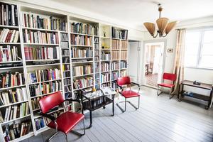 I entrén finns en del av Magnus bibliotek.