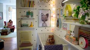 Chaplin har fått en hörna i hallen, och på hyllorna på väggarna har Linda gjort små stilleben med fina leksaker och böcker. Stolen är ett ommålat och omklätt loppisfynd, medan hyllor, matta, säng och lampor är nya.