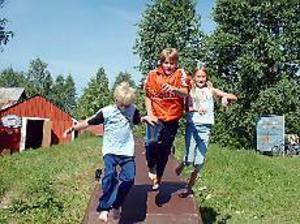 Foto: ULF GRANSTRÖM Syskontrio i glädjehopp. För Billy, Jimmy och Fanny Lindkvist \nfrån Storvik är Unga Örnars sommarkollo en höjdpunkt på sommarlovet.
