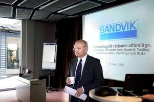 dystra besked. Nu har krisen nått även Sandvik Tooling som tvingas varsla 490 anställda om uppsägning.                                            Vd:n Anders Thelin är öppen för möjligheten att låta personal går ned i tid mot 80 procent av lönen. Det är ett alternativ som ska diskuteras med de lokala fackförbunden.