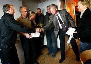 Grattis, säger Lennart Broman, Föreningssparbanken, till Thomas Akander, Olle och Ulla Hollmer på Delta Grönt. Britta Vestin från Våga Växa Västernorrland tillhör också gratulanterna.