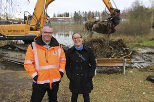 Thomas Blomberg, vd vid AEB, och Marie Persson, grönytesstrateg vid kommunen, är glada över att muddringen av Kasttjärn nu startat. Tre – fyra veckor beräknas jobbet pågå när det drar i gång på allvar om ett par veckor.