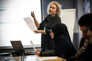 Mimmi Ståhlberg jobbar dagligen med att hjälpa de nya jämtarna in i samhället.– Jag älskar mitt jobb, de här personerna är vår framtid, säger hon. Foto: Susanne Kvarnlöf