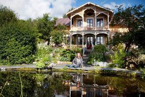 Wictoria  Boijes favorit- plats är på skifferplatt- orna framför den stora dammen, där brukar hon sitta och fundera för att få nya idéer till trädgården.
