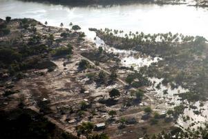 Enligt uppgifter orsakades tsunamin, som på tisdagen slog till mot Samoaöarna, av en jordbävning av storleken 8,3 på Richterskalan. Ett stort antal byggnader har jämnats med marken och närmare 100 personer befarades i går ha omkommit i spåren av jättevågen.   Foto: AP/Scanpix