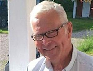 68-årige Göran Möller och hans hustru fick ta emot ett 20-tal knivhugg vardera vid det brutala dådet i sommarstugan. När polisen kom och fann 68-åringen död i sin säng hade han hugg som tagit i huvudet och magen.