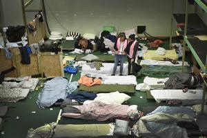 Regeringen vill snabbt få fram fler boendeplatser för det växande antalet asylsökande. I Nobelberget i Sickla har en klubblokal förvandlats till ett transitboende för upp till 500 flyktingar.