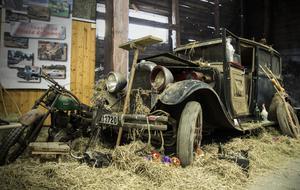 Årets överraskning. Installationen kallas barnfind och bilen är från år 1930. Såhär såg det ut när fordonet hittades i en lada för 20 år sedan.