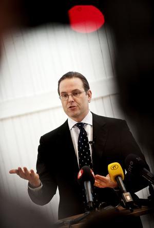 Upptagen man. Finansminister Anders Borg fick kommentera Finanspolitiska rådets rapport innan det var dags för ännu ett krismöte med EU:s finansministrar.