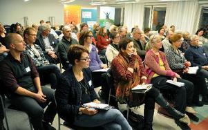 Stora samlingssalen var till bädden fylld den här dagen. Kulturarbetare, näringslivet och offentliganställda hade mött upp.