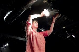 Ljus. Att ta hand om ljuset är ett nytt område som Helena lär sig på teatern.