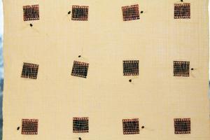 I denna gardin, helt i linne, har Elin även vävt in fotonegativ som bildar ett mönster.