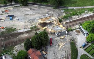 Brobygget rasade i samband med betongjutning. Bilderna från ovan visar hur byggmaterialet ligger huller om buller efter olyckan.