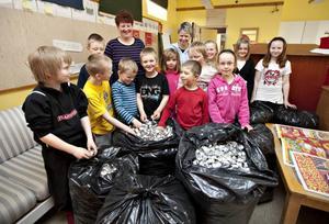 Tolv elever hade samlat värmeljus i sju stora svarta sopsäckar. Över 41 000 värmeljus innehöll de fullproppade säckarna.