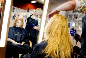Helt förändrad. Nanna Björnsson går från brunett till blondin. Slutresultatet ska bli knallorange, förklarar Amelie Jacobsson.