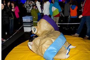 FICK TA HJÄLP. Kompisarna Marcus Väre och William Sjöblom från Järbo testade det mesta som fanns att göra i tältet. Här har de lite problem att ta sig upp från mattan iklädda dräkten som ska likna en sumobrottare.