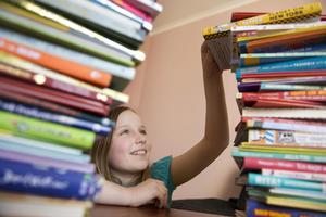 Många böcker ska läsas innan läsförståelsen och ordförrådet har byggts upp ordentligt.